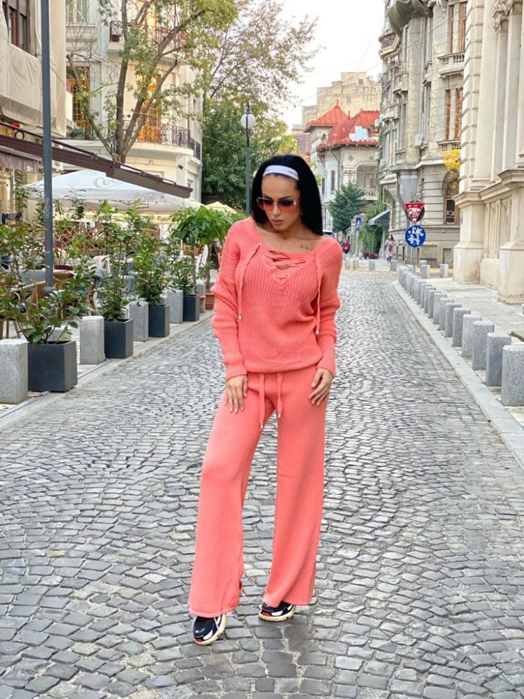 Compleu dama tricot corai format din pantaloni lungi reiati si bluza cu snur