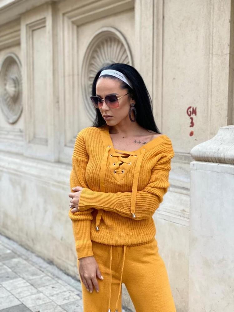 Compleu dama tricot galben format din pantaloni lungi reiati si bluza cu snur