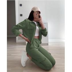 Compleu dama ieftin verde khaki compus din jacheta cu fermoar si pantaloni cu buzunare laterale