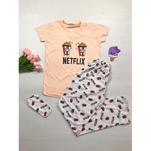 Pijama dama ieftina primavara-vara cu tricou roz pal si pantaloni lungi albi cu imprimeu Netflix