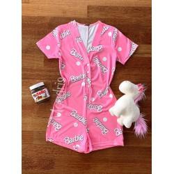 Pijama dama scurta tip salopeta roz cu nasturi si imprimeu Barbie