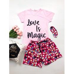 Pijama dama ieftina bumbac cu tricou roz si pantaloni scurti colorati cu imprimeu Love is Magic