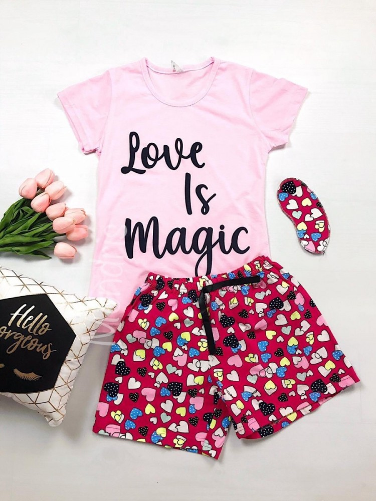 Pijama dama ieftina bumbac cu tricou roz si pantaloni scurti colorati cu imprimeu Love is Magic