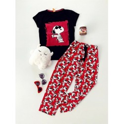 Pijama dama ieftina bumbac lunga cu tricou negru si pantaloni lungi rosii cu imprimeu Snoopy