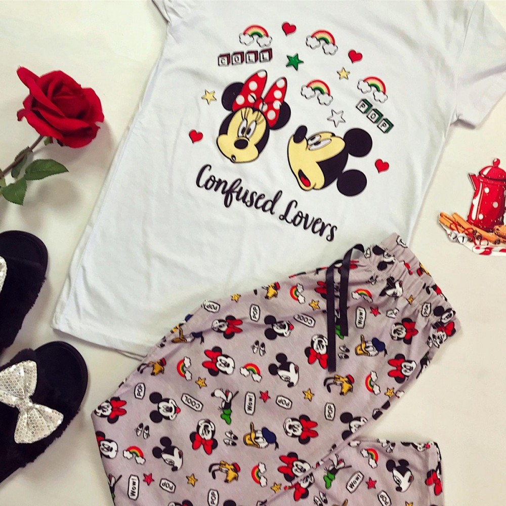 Pijama dama ieftina din bumbac cu tricou alb si pantaloni roz cu imprimeu Mickey si Minnie Confused