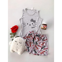 Pijama dama ieftina din bumbac cu maieu gri si pantaloni scurti colorati cu imprimeu Barbie