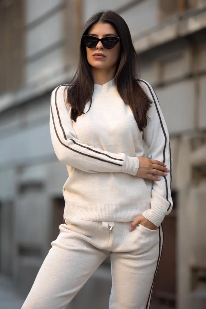 Trening dama lung din tricot alb cu dungi subtiri maro