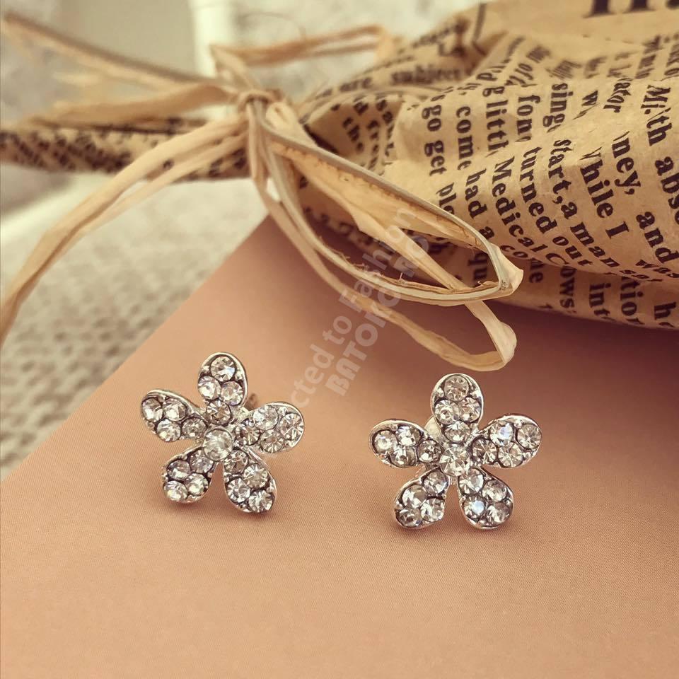 Cercei argintii floare cu pietricele