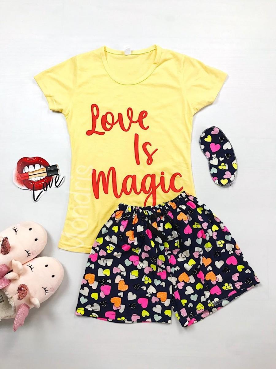 Pijama dama ieftina bumbac cu tricou galben si pantaloni scurti colorati cu imprimeu Love is Magic