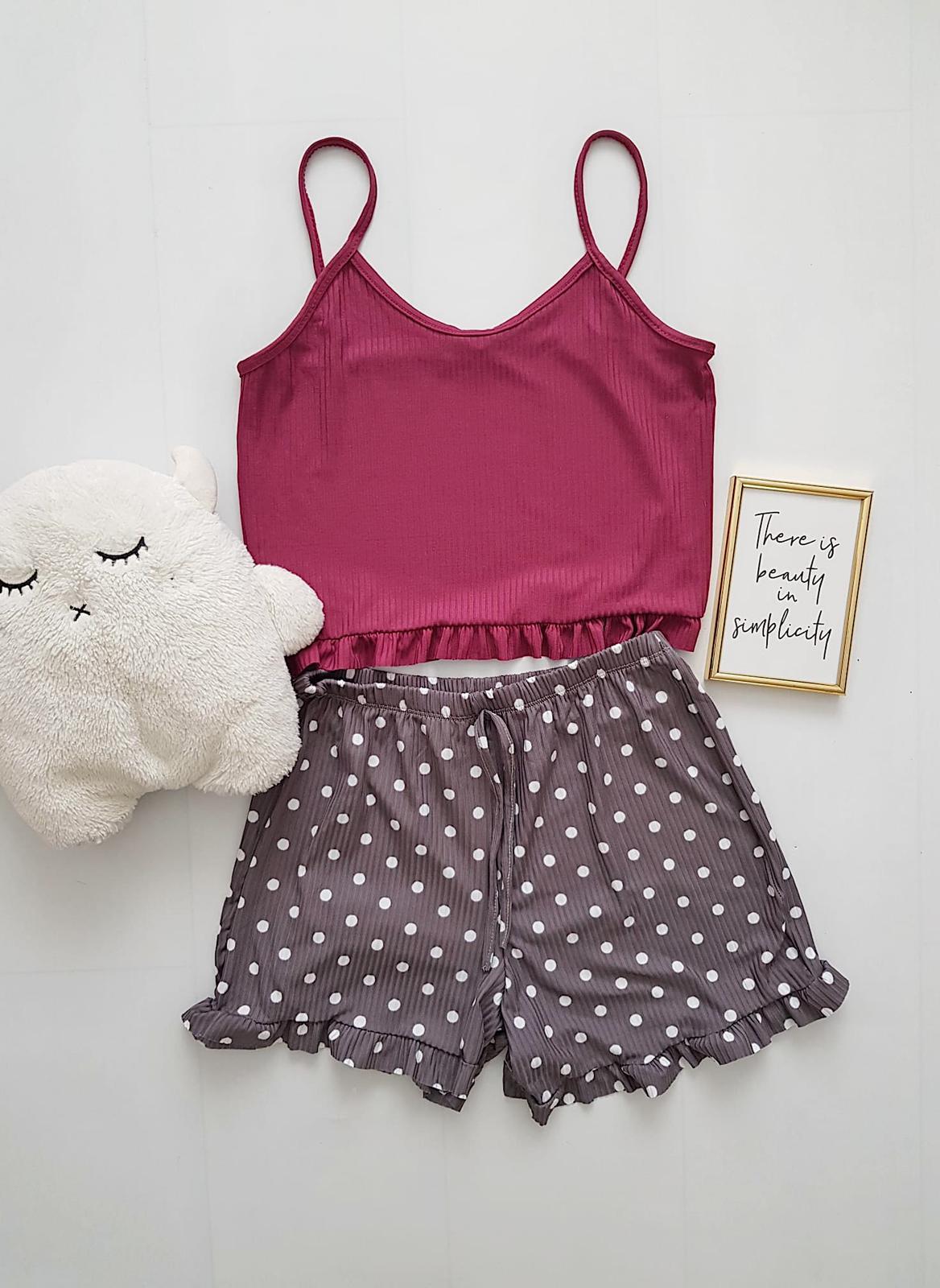 Pijama dama ieftina scurta cu maieu cu volanase Combo visiniu + buline gri