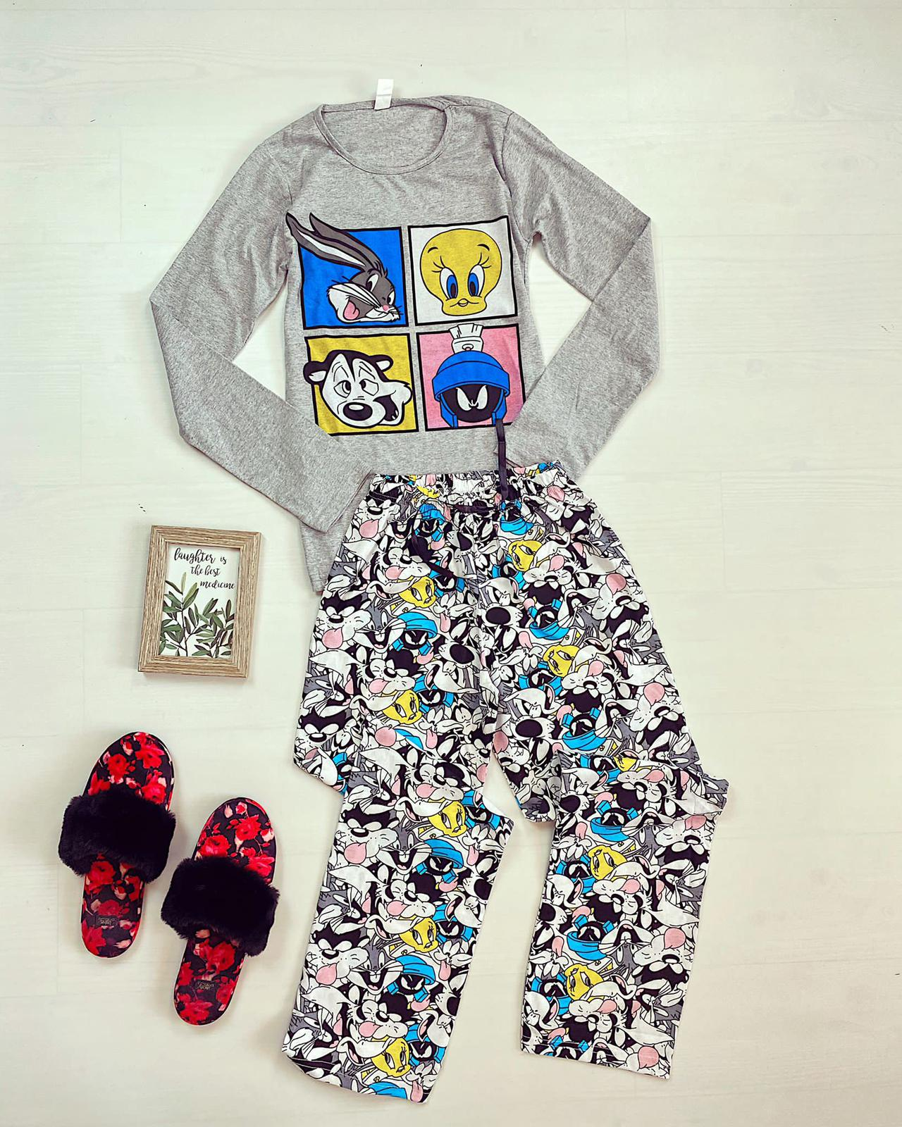 Pijama dama ieftina din bumbac cu bluza cu maneca lunga gri si pantaloni gri cu imprimeu 4 personaje patrat