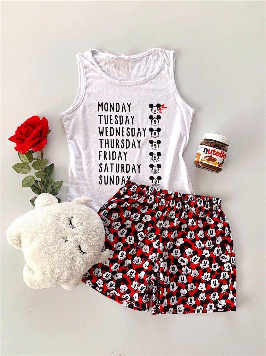 Pijama dama ieftina din bumbac cu maieu alb si pantaloni scurti colorati cu imprimeu MK Days