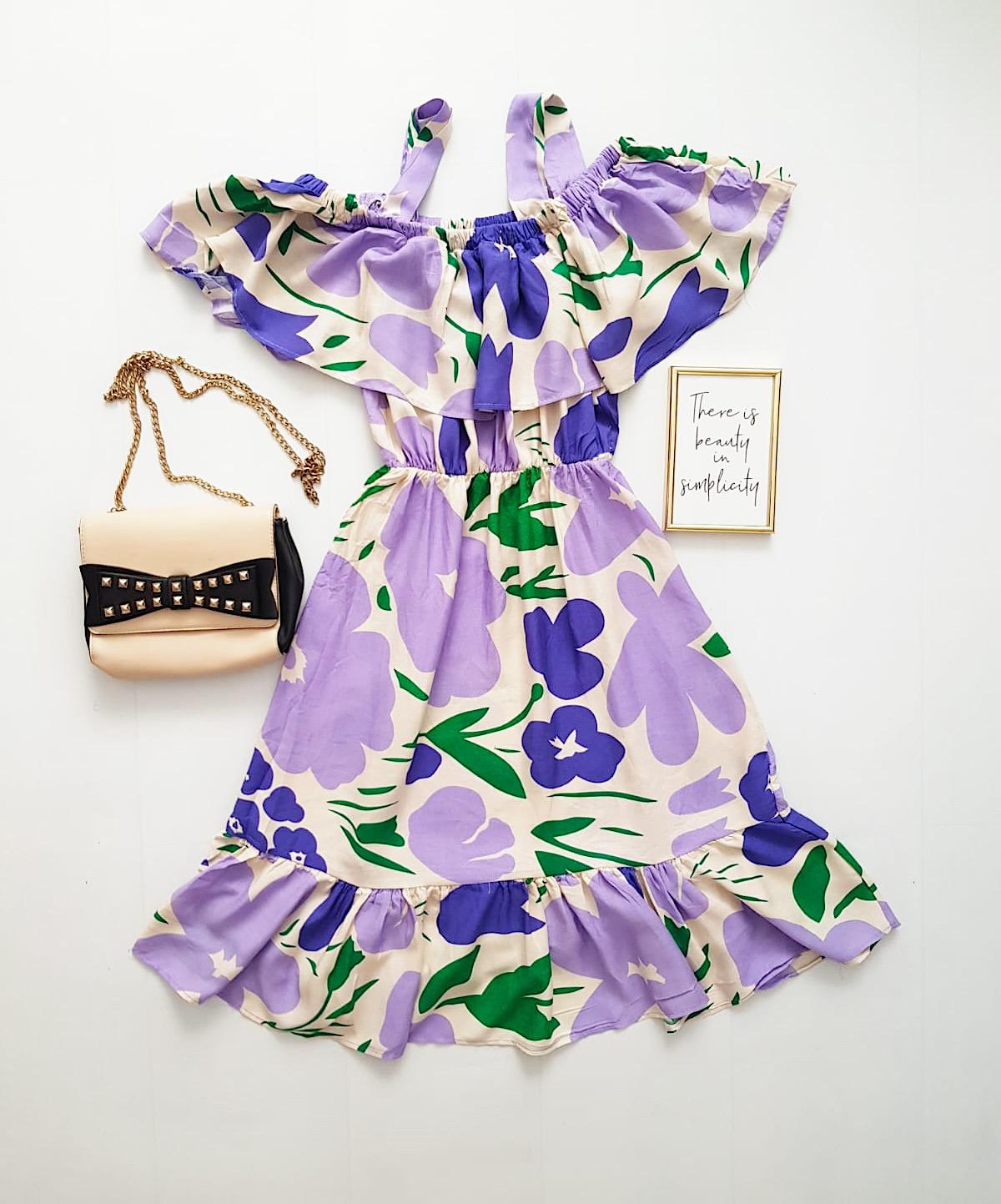 Rochie de zi ieftina lila cu imprimeu floral si umerii goi