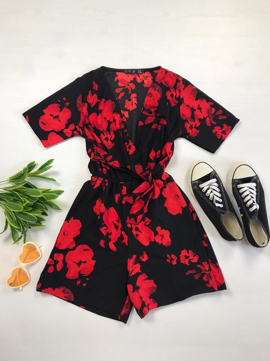 Salopeta dama casual scurta neagra cu imprimeu floral rosu si cordon in talie